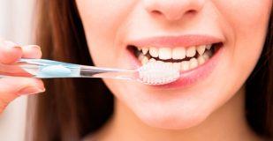 """متى تنظف أسنانك صباحا؟ خبراء يحددون """"الوقت الأنسب"""""""