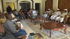 الهادي ادريس يلتقي قيادات الإدارة الأهلية بمنطقة السريف بني حسين