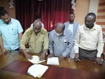 التوقيع على عقد مشروع امداد طوكر بالتيار الكهربائي
