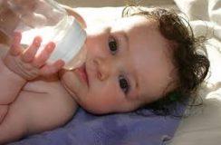 لماذا شرب الماء قد يكون قاتلا للطفل حديث الولادة