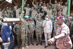 البرهان يتفقد سلاح المدرعات بالشجرة بعد المحاولة الانقلابية الفاشلة